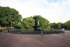 Turister beundrar den Bethesda springbrunnen Royaltyfria Bilder