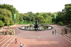 Turister beundrar den Bethesda springbrunnen Royaltyfri Fotografi