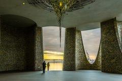 Turister beundrar den nya iconic byggnaden i öppningen av den Vejle hamnen royaltyfria bilder