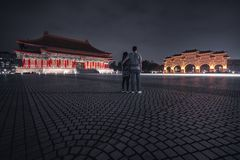 Turister beundrar Liberty Square på natten taipei taiwan royaltyfri bild