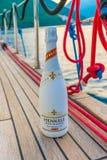 Turister dricker champagne som seglar på en yacht längs den Boka fjärden av Kotor fotografering för bildbyråer