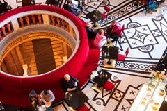 Turister dricker kaffe i kafé inom museet  Fotografering för Bildbyråer