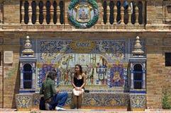 Turister färgrika tegelplattor, Plaza de Espana, Seville Arkivfoto