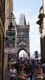 Turister för en radda i Prague i sommaren Arkivbild