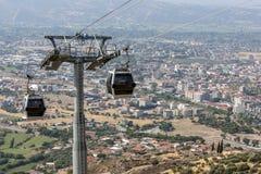 Turister för kabelbilfärja på Bergama i Turkiet Royaltyfria Foton