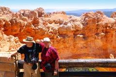 turister för nationalpark för brycekanjon gammalare Arkivfoton