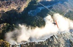 Turister flyger över Victoria Falls på trikesna Royaltyfria Bilder
