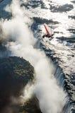 Turister flyger över Victoria Falls på trikesna Royaltyfri Fotografi