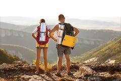 Turister - folk som fotvandrar i berg Arkivbilder