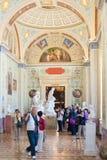 Turister fotograferar på eremitboningen Royaltyfri Bild