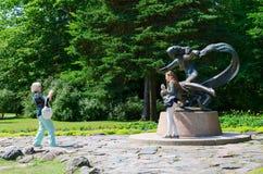 Turister fotograferas på skulptur Egle - drottning av ormar i Palanga Royaltyfria Bilder