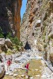 Turister fotvandrar i Samaria Gorge i den centrala Kreta, Grekland Arkivfoto