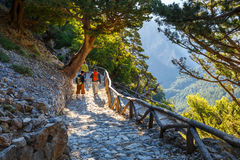 Turister fotvandrar i Samaria Gorge i den centrala Kreta, Grekland Nationalparken är en UNESCO Biosph Royaltyfri Foto