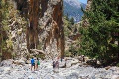 Turister fotvandrar i Samaria Gorge i den centrala Kreta, Grekland Nationalparken är en UNESCO Biosph Royaltyfria Bilder