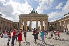 Turister framme av den Brandenburg toren, Berlin royaltyfri bild