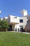 Turister framme av den byggande Joan Miro Foundation, Barcelona, Spanien Arkivfoto