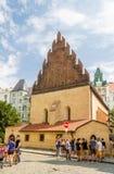 Turister framme av den gamla nya synagogan Arkivbilder
