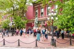 Turister framme av den gas- Jack Statue i Gastown, Vancouver, Kanada Royaltyfri Bild