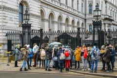 Turister framme av den utfärda utegångsförbud för ingången till 10 Downing Street från Whitehall i staden av Westminster, London Arkivfoto