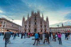 Turister framme av Duomodina Milano arkivbilder