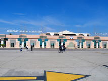Turister framme av ingången till flygplatsen Al Massira i den AGADIR staden i MAROCKO Fotografering för Bildbyråer