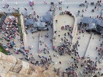 Turister framme av Sagradaen Familia Royaltyfri Fotografi