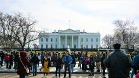 Turister framme av Vita Huset royaltyfria foton