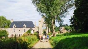 Turister går fördärvade Abbaye de Beauport Royaltyfri Fotografi