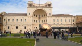 Turister går i borggården av sörjakotten i Vaticanenmuseer stock video