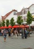 Turister går i en upptagen gata germany fotografering för bildbyråer