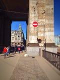Turister går i mitten av St Petersburg Arkivbild