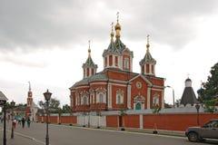 Turister går inom den Uspensky Brusensky kloster i den Kolomna Kreml, Ryssland Royaltyfri Fotografi