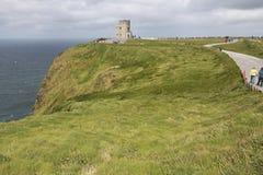 Turister går in mot synvinkel på det O Briens tornet Royaltyfria Foton