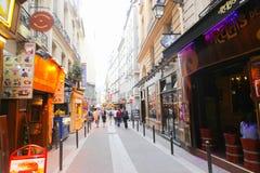 Turister går och souvenirlagret på Paris Royaltyfria Bilder