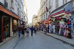 Turister går och souvenirlagret på Paris Royaltyfri Fotografi