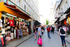 Turister går och souvenirlagret på Paris Fotografering för Bildbyråer
