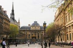 Turister går och souvenirlagret på Paris Arkivbild