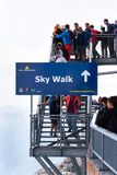 Turister går på Dachstein himmel går Royaltyfria Foton