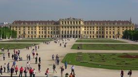 Turister går på den Schonbrunn slotten Österrike vienna arkivfilmer