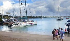 Turister går på katamaran till Gabrielle'sens ö Storslagen fjärd (storslagna Baie) på April 24, 2012 i Mauritius Arkivfoton