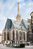 Turister går på Stephansplatzen en huvudsaklig fyrkant i gammal stad i Wien, Österrike. Royaltyfria Foton