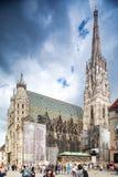 Turister går på Stephansplatzen en huvudsaklig fyrkant i gammal stad. St Stephens Cathedral i Wien, Österrike. Arkivbild