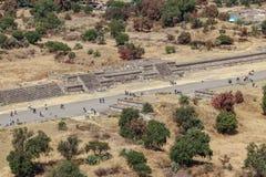 Turister går på vägen av dödaen teotihuacan Mexico - stad Arkivfoto