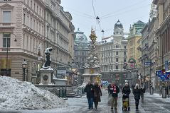 Turister går runt om Pestsäule på den Graben gatan, Wien royaltyfri fotografi