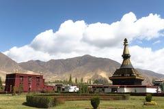 Turister går runt om svart stupa i den Samye kloster Royaltyfria Bilder