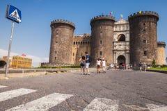 Turister går till Castel Nouvo, Napoli Royaltyfri Fotografi
