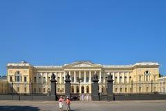Turister går till den huvudsakliga ingången till det ryska museet i suen Arkivfoton