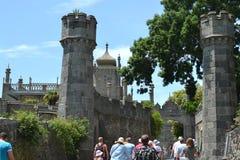 Turister går till den Vorontsov slotten i Krim Royaltyfria Foton