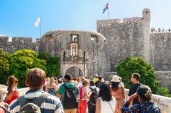 Turister går till ingången av den gamla staden Arkivfoton