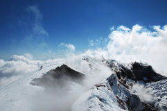Turister går till krater av vulkan Avachinsky Sopka Royaltyfri Fotografi